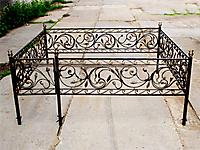 Оградка на могилу с коваными листьями