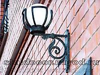 Кованый фонарь над дверью